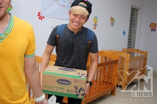 Chàng ca sĩ trẻGin Tuấn Kiệt cũng tham gia chuyến đi ý nghĩa lần này. Anh còn hăng hái mang những phần quà đến cho các bé.