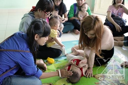Sĩ Thanh cùng fan mang niềm vui ấm áp đến cho trẻ mồ côi