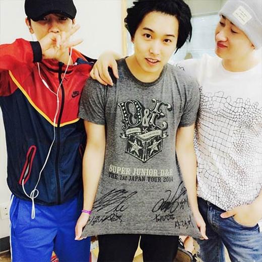 Eunhyuk khoe hình cùng Donghae và Sungmin trong phòng tập