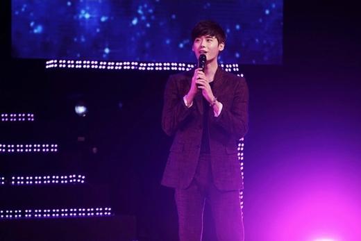Lee Jong Suk bật khóc nức nở trong buổi họp mặt fan