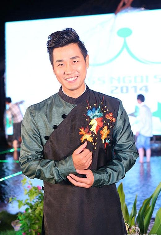 Đảm nhận vai trò dẫn chương trình trong buổi trình diễn thời trang tối qua là MC Nguyên Khang. Anh thay 3 bộ đồ để phù hợp với 3 phần thi của các thí sinh. - Tin sao Viet - Tin tuc sao Viet - Scandal sao Viet - Tin tuc cua Sao - Tin cua Sao