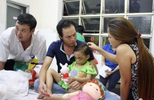 Cha đẻ và bà ngoại giành quyền nuôi bé 4 tuổi bị bạo hành