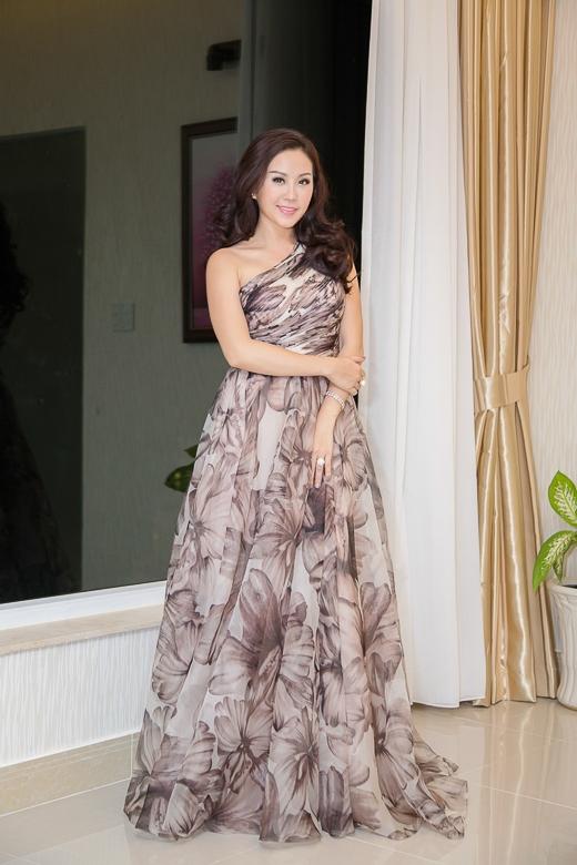 Trong đêm qua, hoa hậu Thu Hoài diện đầm voan chéo vai họa tiết tinh xảo và cập nhật xu hướng thời trang mới nhất năm nay. Như thường lệ, đây là bộ váy do NTK Công Trí may riêng cho hoa hậu Thu Hoài.
