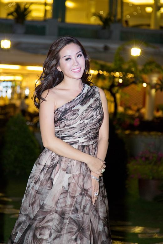 """Hoa hậu Thu Hoài diện đầm voan """"đọ sắc"""" với dàn mỹ nhân"""