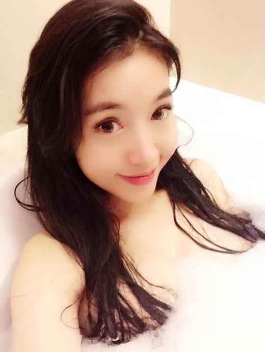 Elly Trần và bức ảnh khoe làn da trắng mịn màng trong bồn tắm.