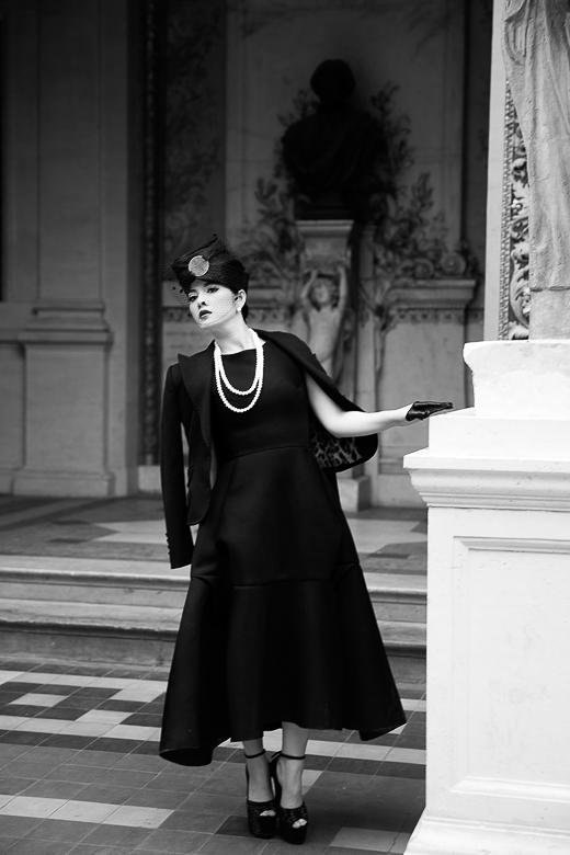 Cô vẫn chuộng dùng nón đội đầu với kiểu dáng của những thập niên cũ như một thứ trang sức đặc biệt, đã thành ấn tượng riêng của phong cách cổ điển Lý Nhã Kỳ. - Tin sao Viet - Tin tuc sao Viet - Scandal sao Viet - Tin tuc cua Sao - Tin cua Sao
