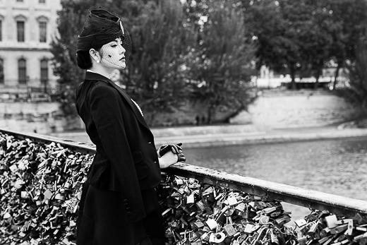 Diện nguyên set đồ màu đen từ chiếc đầm kiểu dáng Vintage cổ điển của Toni Maticevski đến áo vest khoác ngoài, nón đội phủ ren Celine Robert, găng tay Maison Fabre và clutch cầm tay Marchesa... chỉ duy nhất chuỗi ngọc trai Crivelli là điểm nhấn màu trắng, hình ảnh Lý Nhã Kỳ mang phong thái quyền lực rất quý tộc trong màu ảnh trắng đen bí ẩn. - Tin sao Viet - Tin tuc sao Viet - Scandal sao Viet - Tin tuc cua Sao - Tin cua Sao