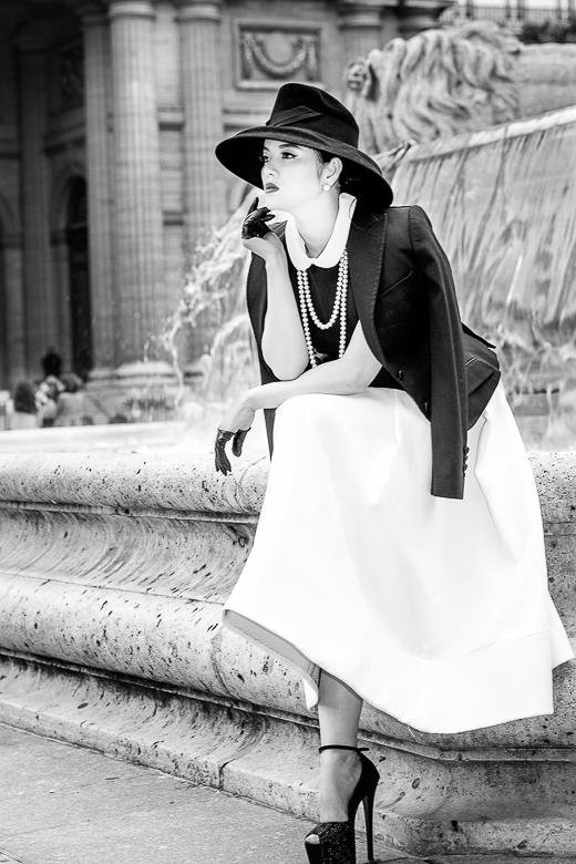 """Giữa Paris mộng mơ, """"tiểu thư"""" Lý Nhã Kỳ đã được thoả sức thả hồn vào không gian lãng mạn, những set đồ cồ điển, quý tộc cô lựa chọn được tôn vinh hơn với đền đài cổ kính. - Tin sao Viet - Tin tuc sao Viet - Scandal sao Viet - Tin tuc cua Sao - Tin cua Sao"""