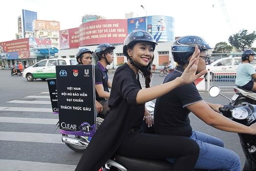 Thanh Hằng phối đồ sành điệu đi diễu hành - Tin sao Viet - Tin tuc sao Viet - Scandal sao Viet - Tin tuc cua Sao - Tin cua Sao