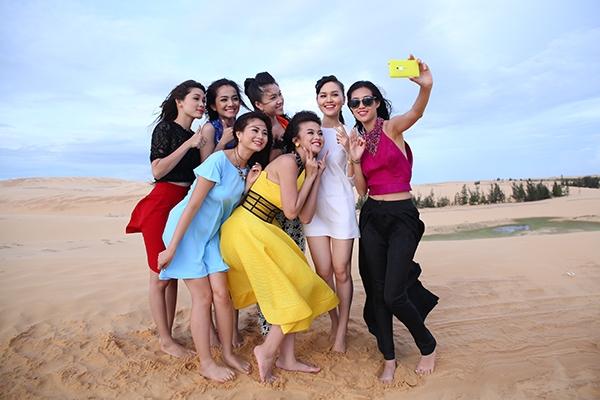 7 cô gái của Miss Ngôi Sao 2014 cũng tỏ ra thích thú khi được ghi hình ở không gian mênh mông cát trắng.