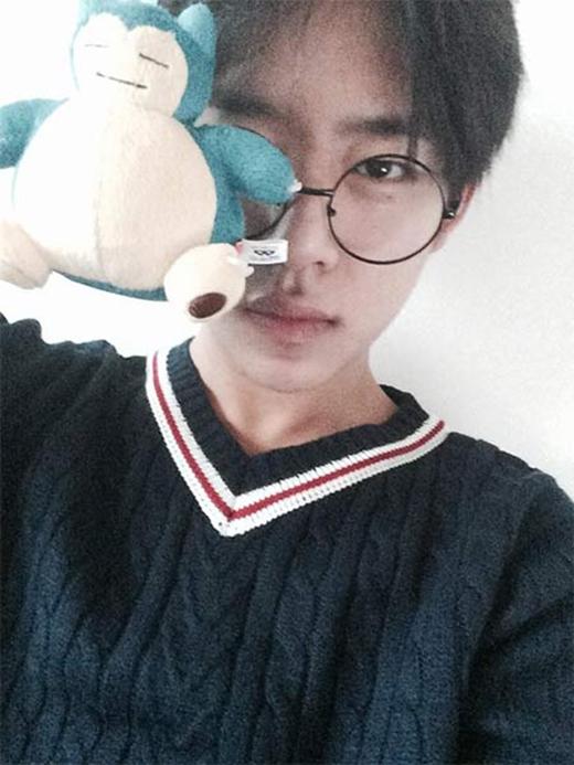 Daehyun (B.A.P) khoe hình với gấu Snorlax và viết: 'Tôi đang đói quá. Tôi có nên là Snorlax không?'