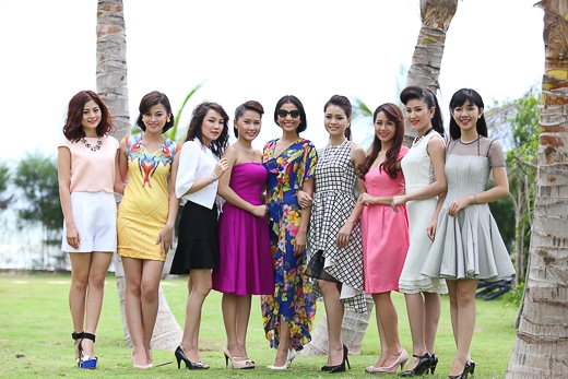 Á hậu cũng có dịp gặp một số thí sinh lọt vào chung kết Miss Ngôi Sao 2014. Tạo dáng bên các cô gái trẻ trung, Trương Thị May vẫn nổi bật nhờ làn da nâu và nụ cười tươi tắn.