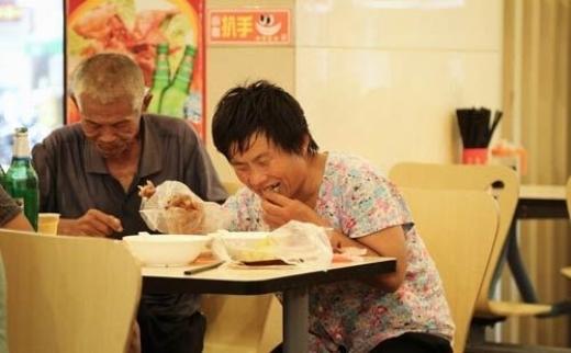 Kiếm 7 triệu/ngày, nhóm ăn xin vào nhà hàng 5 sao đánh chén
