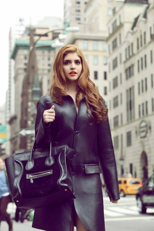 """Mẫu Tây Andrea nổi bần bật trên phố với khí chất sang trọng và trang phục đen tông xuyệt tông cùng túi xách. Cô nàng có vẻ thích thú với concept ảnh này nên đăng tải kèm theo chú thích """"Không nhớ chụp khi nào nhưng muốn chia sẻ cùng mọi người"""" với tâm trạng khá hồ hởi."""
