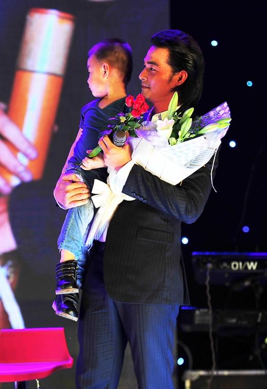 Đặc biệt, sau phần giao lưu của mình, con trai của Quách Ngọc Ngoan bất ngờ xuất hiện trên sân khấu để tặng hoa cho bố. - Tin sao Viet - Tin tuc sao Viet - Scandal sao Viet - Tin tuc cua Sao - Tin cua Sao