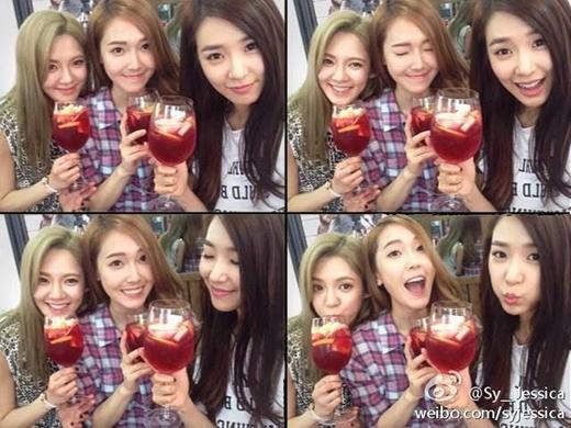 """Jessica khoe hình siêu đáng yêu để chúc mừng sinh nhật Hyoyeon (22/9): """"Cụng ly chúc mừng sinh nhật Hyoyeon yêu dấu nhé"""""""