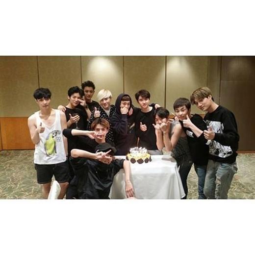 Sehun khoe hình EXO và gửi lời tri ân đến các fan đã yêu thương, ủng hộ cũng như các nhân viên đã luôn nỗ lực giúp đỡ họ hoàn thành những đêm diễn từ ngày 23/5 đến ngày 21/9. Sehun cũng không quên gửi lời yêu thương đến các anh của mình, những thành viên EXO.