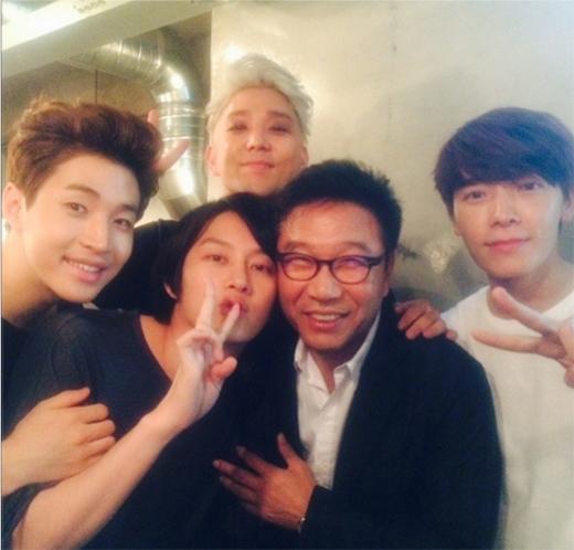 Heechul và các thành viên Super Junior khoe hình chụp ảnh cùng chủ tích Lee Soo Man khiến fan vô cùng thích thú