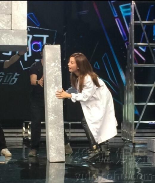 Triệu Vy lại thể hiện bản chất nữ thần kinh trên sân khấu