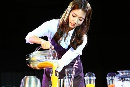 Đặc biệt, cô nàng còn trổ tài làm nước trái cây khiến fan vô cùng thích thú.