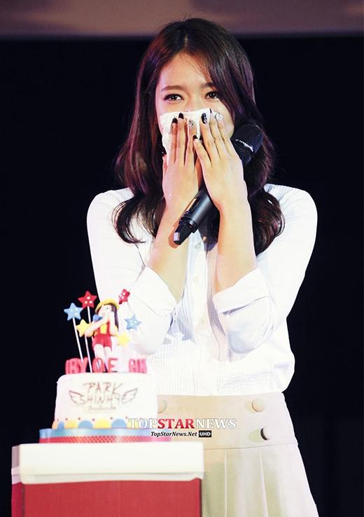 Park Shin Hye bật khóc trước tình cảm của fan