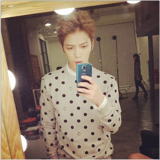 Jaejoong chiêu đãi fan bằng hình tự sướng cực đẹp trai trong hậu trường buổi chụp thời trang