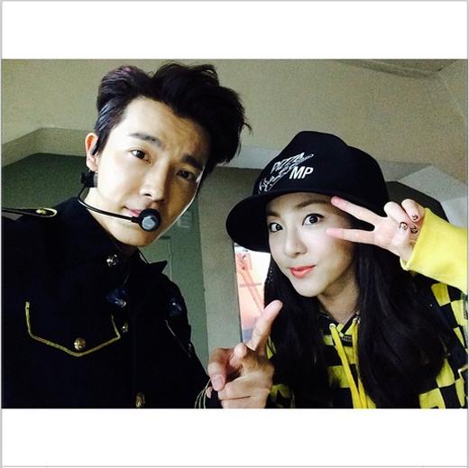 Dara tạo dáng chụp ảnh cùng Donghae trong hậu trường khi cô đến xem concert Super Show 6 của Super Junior