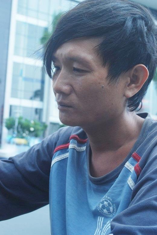 Anh Tấn thường tìm đến rượu để quên đi cuộc đời buồn tủi.