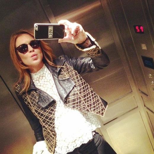 """Lindsay Lohan chụp ảnh tự sướng trong thang máy. Với cô nàng này, chỉ cần có điện thoại thì nơi đâu cô cũng có thể """"pose"""" hình lung linh"""