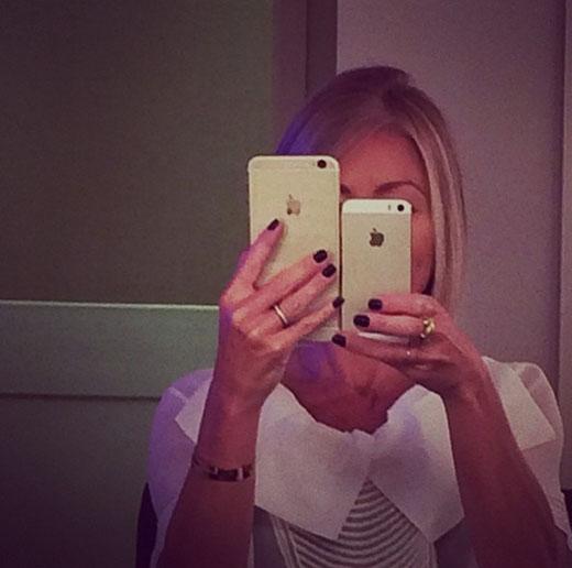 Kelly Ripa khoe chiếc Iphone 6 mới tậu. Cô nàng chắc cũng là một tín đồ công nghệ đây!
