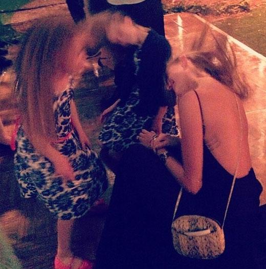 """Behati Prinsloo cùng bạn bè """"quẫy"""" nhiệt tình tại một buổi tiệc ngoài trời"""