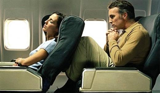 Tại sao phải mở cửa sổ, dựng thẳng ghế, gập bàn ăn khi đi máy bay?