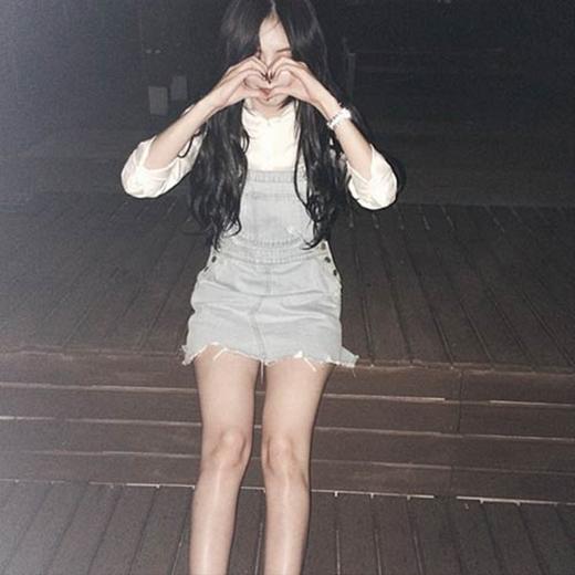 HyunA tạo dáng đáng yêu với hình trái tim và gửi tặng đến fan