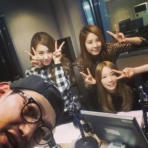 DJ Kim Chang Ryul khoe hình khách mời đặc biệt trong chương trình radio hôm nay là TaeTiSeo
