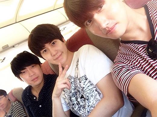 Kyuhyun khoe hình trên máy bay cùng Changmin khi họ vừa quay về từ Jejudo