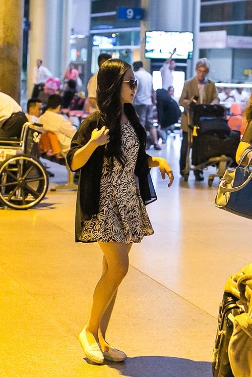 Trở về từ Mỹ, Hương Tràm ăn mặc giản dị và kín đáo - Tin sao Viet - Tin tuc sao Viet - Scandal sao Viet - Tin tuc cua Sao - Tin cua Sao