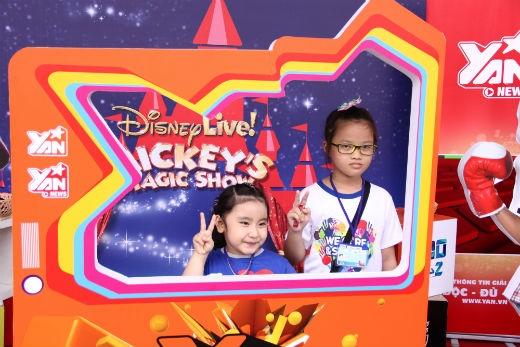 Các bé thỏa thích tạo dáng cùng gian hàng dễ thương của YANTV