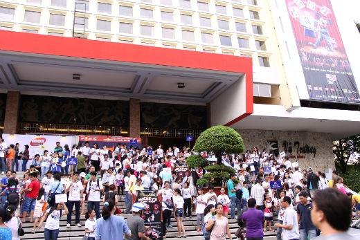 Rất đông khán giả, bao gồm cả người lớn và trẻ em đã tập trung trước nhà hát Hòa Bình để sẵn sàng cùng YAN trở thành một phần của ảo thuật Disney Live!