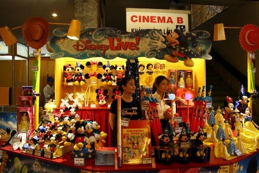 Quầy hàng bày bán những đồ lưu niệm dễ thương gắn liền với Disney