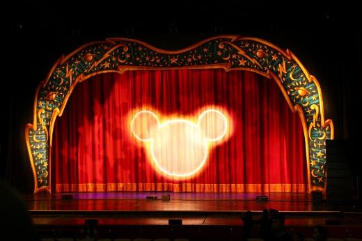 Bóng chú chuột huyền thoại và sân khấu đậm màu cổ tích, diệu kỳ của Disney Live! Mickey Magic Show
