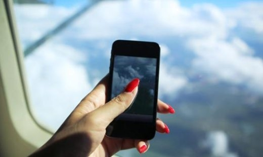 Bị cấm bay 4 tháng vì dùng điện thoại