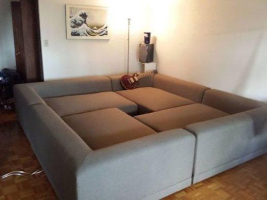 Ghế sofa hoàn toàn có thể trở thành chiếc giường ngủ êm ái. Dành cho những ngôi nhà có diện tích nhỏ, bạn cần gì phải mua cả hai thứ phải không nào.