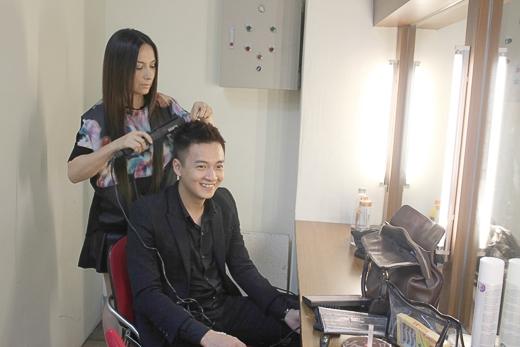 Ngô Kiến Huy được Phi Nhung tạo kiểu tóc - Tin sao Viet - Tin tuc sao Viet - Scandal sao Viet - Tin tuc cua Sao - Tin cua Sao