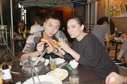 Hai nghệ sĩ đã ăn thử món tôm sấy tiêu, đặc sản xứ Đài - Tin sao Viet - Tin tuc sao Viet - Scandal sao Viet - Tin tuc cua Sao - Tin cua Sao