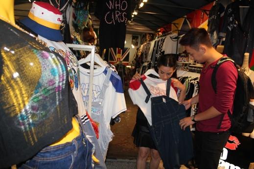 Ngoài ra, cả hai cũng tranh thủ đi mua sắm quần áo - Tin sao Viet - Tin tuc sao Viet - Scandal sao Viet - Tin tuc cua Sao - Tin cua Sao