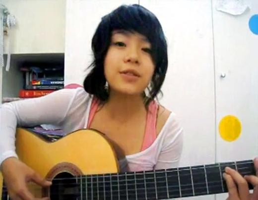 Thái Trinh từ một cô bé mộc mạc cầm đàn guitar hát trước máy tính...