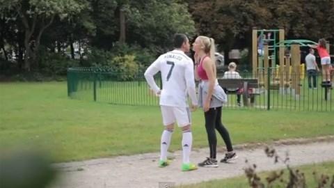 Ronaldo 'dởm' nhận được nụ hôn từ 1 cô gái lạ