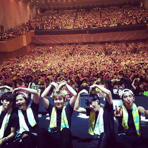Barohào hứng khoe hình chụp với fan tại buổi biểu diễn của B1A4 tại Osaka, Nhật