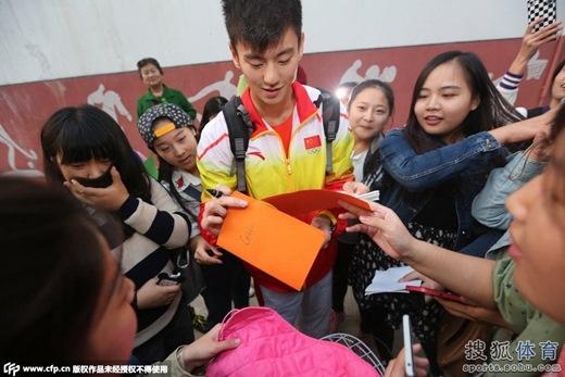Khi trở về nước, Ninh lập tức trở thành tâm điểm và luôn được các fan bao vây xin chữ kí.