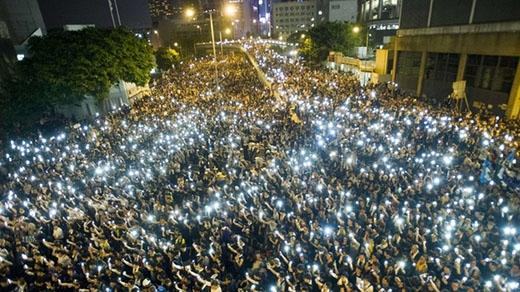 Sau đêm cao trào với những cuộc đụng độ giữa cảnh sát và người biểu tình, tối 29/9, hàng chục nghìn người Hong Kong cùng đứng bên nhau thắp sáng khu trung tâm bằng đèn từ điện thoại và hát những bài ca ca ngợi tự do. Ảnh: AFP